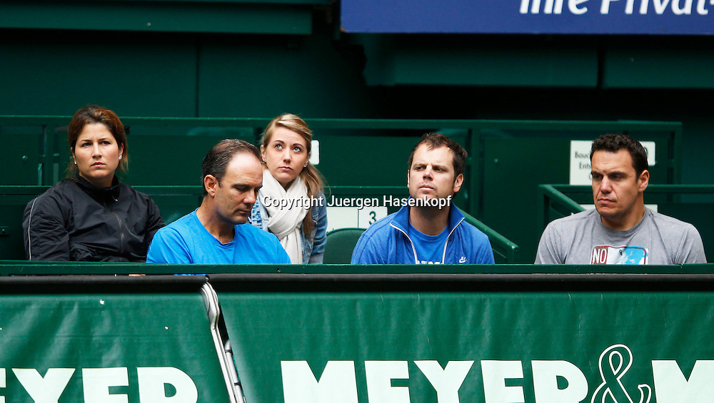 Gerry Weber Open 2012, ATP World Tour, Rasentennis Turnier, International Series,Gerry Weber Stadion, Grasplatz, Halle/Westfalen,.Roger Federer Clan in der Spielerloge, L-R. Ehefrau Mirka,Trainer Paul Annacone,Claudia Marcon,Severin Luethi und Physiotherapeut Stephane Vivier,Querformat,Feature,team, Familie,