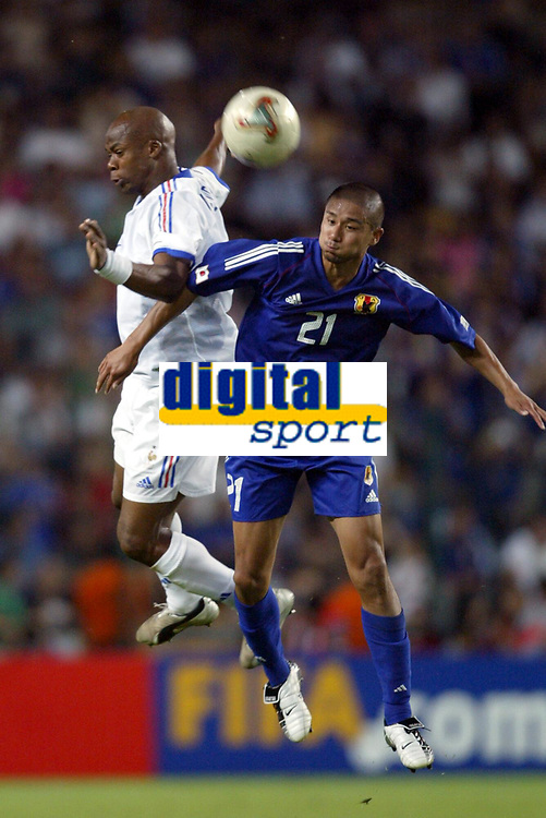 FOOTBALL - CONFEDERATIONS CUP 2003 - GROUP A - FRANKRIKE v JAPAN - 030620 - SYLVAIN WILTORD (FRA) / KEISUKE TSUBOI (JAP) - PHOTO GUY JEFFROY / DIGITALSPORT