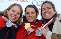 Das Podest der Schweizer Frauen Skeletonmeisterschaften 2005: Tanja Morel (Silber), Maya Pedersen (Gold) und Michaela Pitsch (Bronze). © Raphael Nadler/EQ Images