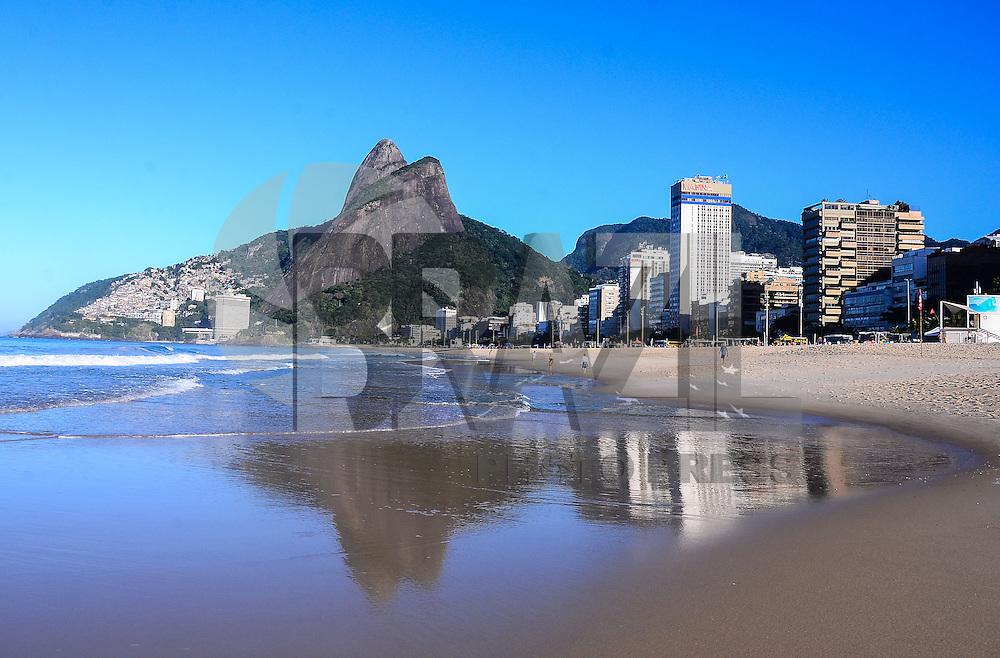 RIO DE JANEIRO, RJ, 05 DE JULHO DE 2013 -CLIMA TEMPO RIO DE JANEIO-Movimentação na praia de Ipanema na manhã desta sexta-feira, 05 de julho com sol e tempo claro, em Ipanema, zona sul do Rio de Janeiro.FOTO:MARCELO FONSECA/BRAZIL PHOTO PRESS