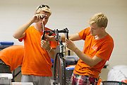 Leden van het Human Power Team Delft en Amsterdam werken aan de VeloX3, de fiets waarmee ze het record willen rijden. In Battle Mountain (Nevada) wordt ieder jaar de World Human Powered Speed Challenge gehouden. Tijdens deze wedstrijd wordt geprobeerd zo hard mogelijk te fietsen op pure menskracht. Ze halen snelheden tot 133 km/h. De deelnemers bestaan zowel uit teams van universiteiten als uit hobbyisten. Met de gestroomlijnde fietsen willen ze laten zien wat mogelijk is met menskracht. De speciale ligfietsen kunnen gezien worden als de Formule 1 van het fietsen. De kennis die wordt opgedaan wordt ook gebruikt om duurzaam vervoer verder te ontwikkelen.<br /> <br /> In Battle Mountain (Nevada) each year the World Human Powered Speed ​​Challenge is held. During this race they try to ride on pure manpower as hard as possible. Speeds up to 133 km/h are reached. The participants consist of both teams from universities and from hobbyists. With the sleek bikes they want to show what is possible with human power. The special recumbent bicycles can be seen as the Formula 1 of the bicycle. The knowledge gained is also used to develop sustainable transport.