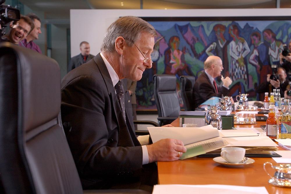 15 JAN 2003, BERLIN/GERMANY:<br /> Wolfgang Clement, SPD, Bundeswirtschaftsminister,  am Kabinettstisch, vor Beginn der Kabinettsitzung, Bundeskanzleramt<br /> IMAGE: 20030115-01-007<br /> KEYWORDS: Kabinett, Sitzung,