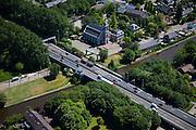 Nederland, Zuid-Holland, Leiderdorp, 12-05-2009; kruising A4 met Oude Rijn, bekende flessenhals en veroorzaker dagelijkse files op de drukke A4. De weg zal verbreed worden van vier naar zes rijstroken en m.b.v. een aquaduct onder het water doorgaan. Ook krijgt de nieuwe weg krijgt een geluidsarme inpassing. Verbreding  moest uitgesteld toen de Raad van State de plannen wegens gebrekkig onderzoek naar de luchtkwaliteit afkeurde, maar de zogenoemde spoedwet wegverbreding maakt versnelde aanleg nu mogelijk.Swart collectie, luchtfoto (toeslag); Swart Collection, aerial photo (additional fee required).foto Siebe Swart / photo Siebe Swart
