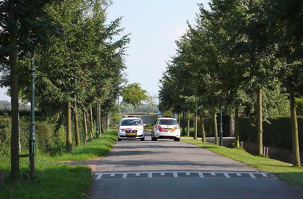 Nederland, Thorn, 15-7-2011Twee politieautos passeren elkaar op een smalle binnenweg. Ze stopten om door het raampje te overleggen.Foto: Flip Franssen/Hollandse Hoogte
