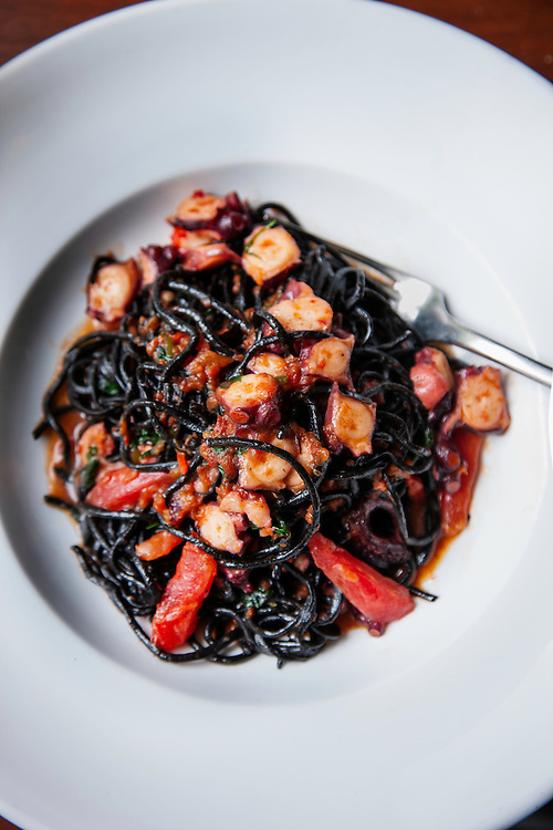 Tagliolini negro con pulpo en su jugo/ Black tagliolini with octopus aux jus. Este extraordinario platillo de pasta negra recupera los jugos de cocción del pulpo integrándolos a la salsa. / This extraordinary black pasta dish uses the cooking jus from the octopus to make a wonderful sauce.