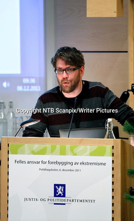 Oslo  20111206.<br /> Frilansjournalist &yuml;yvind Str&macr;mmen holder foredrag under konferansen &quot;Felles ansvar for &Acirc; forebygge ekstremisme&quot; p&Acirc; politih&macr;gskolen tirsdag.<br /> Foto: Erlend Aas / Scanpix<br /> <br /> NTB Scanpix/Writer Pictures<br /> <br /> WORLD RIGHTS, DIRECT SALES ONLY, NO AGENCY