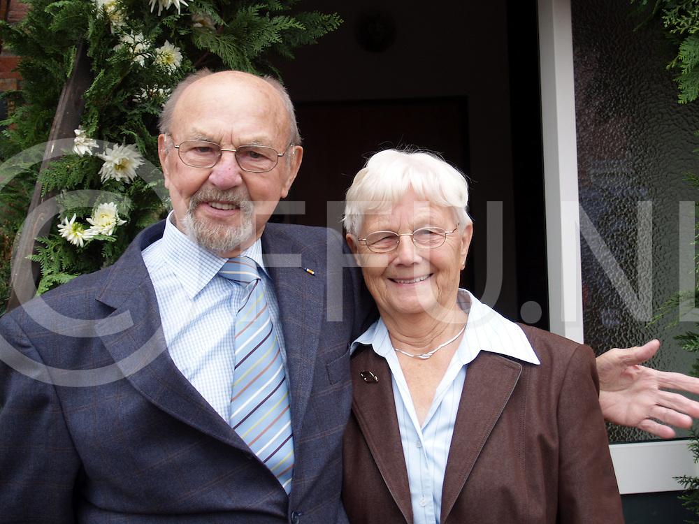 061018 nieuwleusen ned<br /> Echtpaar Jonkers is 60 jaar getrouwd. Ter gelegenheid hiervan kwam burgemeester Elfers op bezoek.<br /> fotografie frank uijlenbroek&copy;2006 elselien van dieren