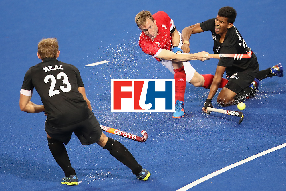 RIO DE JANEIRO, BRAZIL - AUGUST 07:  Barry Middleton of Great Britain passes under pressure from Arun Panchia of New Zealand during the men's pool A match between Great Britain and New Zealand on Day 2 of the Rio 2016 Olympic Games at the Olympic Hockey Centre on August 7, 2016 in Rio de Janeiro, Brazil.  (Photo by Mark Kolbe/Getty Images)