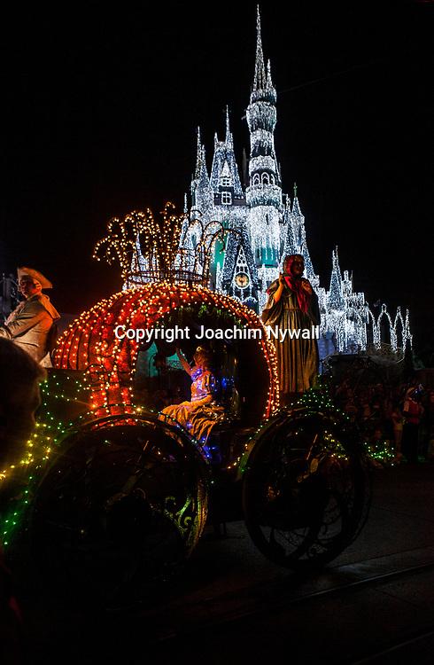 20151116 Orlando Florida USA <br /> Magic Kingdom Disneyworld<br /> Electric parade framf&ouml;r Askungens slott <br /> Askungen<br /> <br /> <br /> FOTO : JOACHIM NYWALL KOD 0708840825_1<br /> COPYRIGHT JOACHIM NYWALL<br /> <br /> ***BETALBILD***<br /> Redovisas till <br /> NYWALL MEDIA AB<br /> Strandgatan 30<br /> 461 31 Trollh&auml;ttan<br /> Prislista enl BLF , om inget annat avtalas.