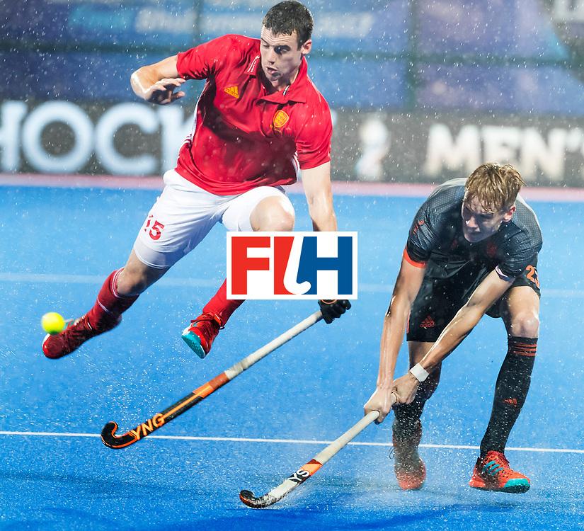 BHUBANESWAR -  Joep de Mol (Ned) met Phil Roper (Eng) tijdens de Hockey World League Finals , de wedstrijd om de 7e plaats, Engeland-Nederland.   COPYRIGHT KOEN SUYK