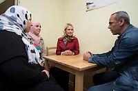 20 SEP 2015, BERLIN/GERMANY:<br /> Manuela Schwesig (R), SPD, Bundesfamilienministerin, spricht mit einem Vater und einer MUtter aus Syrien, waehrend dem Besuch des Uebergangswohnheims Marienfelde, das ehem. Notaufnahmelager fuer gefluechtete DDR-Buerger, am Weltkindertag<br /> IMAGE: 20150920-01-019<br /> KEYWORDS: Gespraech, Gespräch