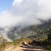 Camino a Galipán con neblina, Estado Vargas, Venezuela.