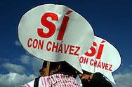 Centenares de simpatizantes del presidente venezolano, Hugo Chávez, marchan en Caracas hoy, 30 de noviembre de 2007, para concentrarse en la avenida Bolívar de la capital donde está convocado el cierre de la campaña a favor de la reforma constitucional, el mismo espacio en el que ayer se concentró una multitud opuesta a los cambios en la Carta Magna de 1999 en un referendo que se realizará el próximo domingo. (ivan gonzalez)