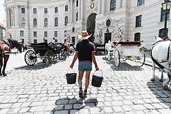 THEMENBILD - erste Hitzewelle des Jahres bahnt sich an, im Bild  Fiakerpferde erhalten Wasser, aufgenommen am 10. Juni 2019 in Wien, Oesterreich. // Over the next few days, the thermometer is expected to move in the direction of 35 degrees Celsius and above. Wien, Austria on 2019/06/10. EXPA Pictures © 2019, PhotoCredit: EXPA/ Michael Gruber