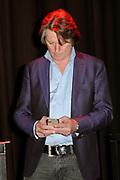 Presentatie 11e editie Top 40 Hitdossier en lancering nieuwe website www.top40.nl in De Vorstin, Hilversum.<br /> <br /> Op de foto:  Erik de Zwart met zijn Apple I phone