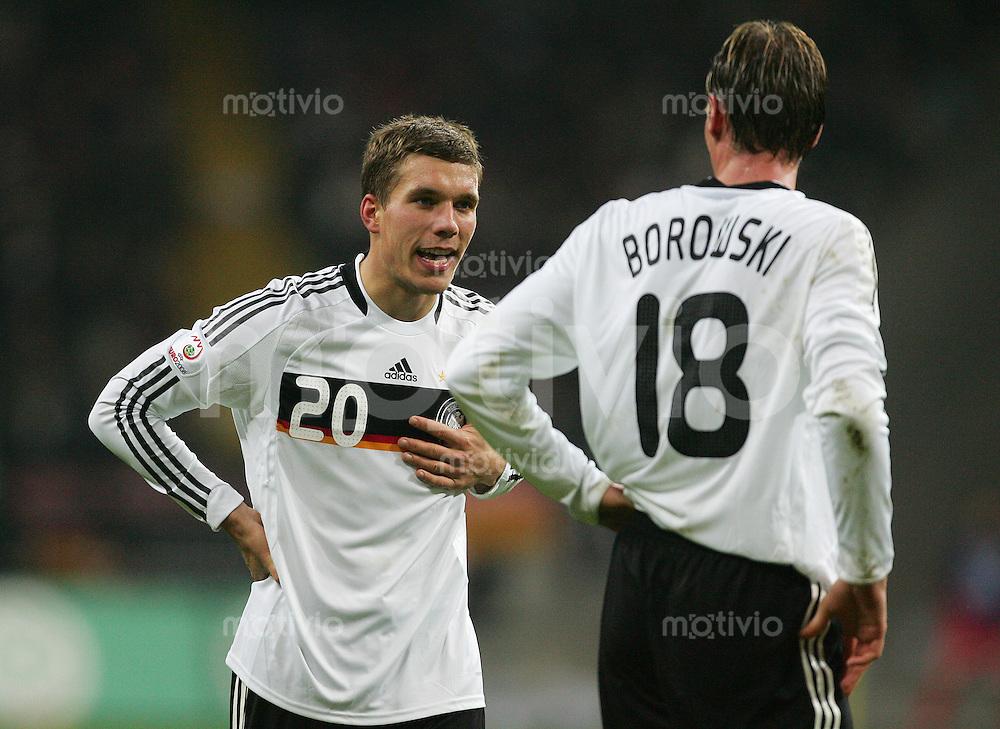 21.11.07 EM Qualifikation Deutschland - Wales Lukas PODOLSKI (l) diskutiert mit Tim BOROWSKI (GER).