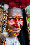 Bunt geschmückte und bemalte Frau  feiert das traditionelle Sing Sing in Paya  im Hochland von Papua Neu Guinea, Melanesien*Colourful dressed and face painted local tribal woman celebrating the traditional Sing Sing in Paya  in the Highlands of Papua New Guinea, Melanesia