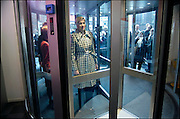 Nederland, Nijmegen, 8-3-2004..Op Internationale vrouwendag wordt in het bijzijn van prinses Maxima en minister de Geus van sociale zaken bij het CWI een werkgelegenheid project gestart om allochtone vrouwen eerder op de arbeidsmarkt te krijgen. Integratie, opleiding, begeleiding, werkbezoek. De prinses in de draaideur van het gebouw. Publiek kijkt toe en maakt foto met GSM, mobiele telefoon. Koningshuis, monarchie, oranje. ..Foto: Flip Franssen