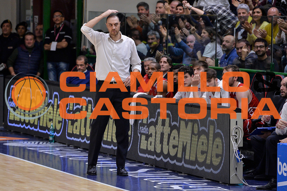 DESCRIZIONE : Sassari LegaBasket Serie A 2015-2016 Dinamo Banco di Sardegna Sassari - Giorgio Tesi Group Pistoia<br /> GIOCATORE : Vincenzo Esposito<br /> CATEGORIA : Allenatore Coach Schema Mani<br /> SQUADRA : Giorgio Tesi Group Pistoia<br /> EVENTO : LegaBasket Serie A 2015-2016<br /> GARA : Dinamo Banco di Sardegna Sassari - Giorgio Tesi Group Pistoia<br /> DATA : 27/12/2015<br /> SPORT : Pallacanestro<br /> AUTORE : Agenzia Ciamillo-Castoria/L.Canu