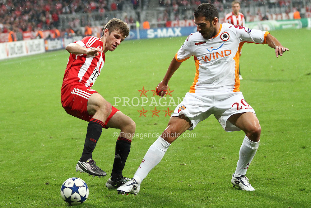 15.09.2010, Allianz Arena, Muenchen, GER, UEFA CL Gruppe E, FC Bayern Muenchen (GER) vs AS Rom (IT), im Bild  Thomas Mueller (Bayern #25) im Kampf mit Simone Perrotta (Rom #20) , EXPA Pictures © 2010, PhotoCredit: EXPA/ nph/  Straubmeier+++++ ATTENTION - OUT OF GER +++++