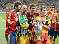 FUSSBALL  EUROPAMEISTERSCHAFT 2012   FINALE Spanien - Italien            01.07.2012 Gerard Pique, Torwart Pepe Reina, Fernando Llorente und Torwart Iker Casillas (v.l., alle Spanien) jubeln mit dem EM Pokal