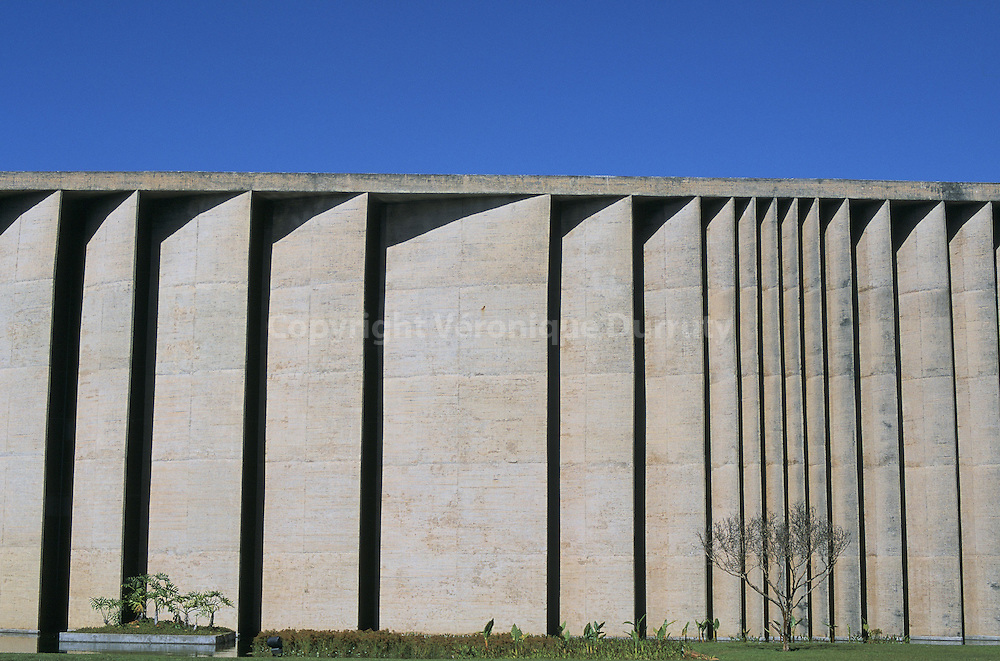 La nouvelle capitale, Brasilia, a  été construite à partir de 1957 sur un site inhabité. Le plan de la ville a  été conçu par l'urbaniste brésilien Lécio Costa, il a la forme d'un avion. L'architecte Oscar Niemeyer a travaillé  l'édification de la nouvelle capitale et conçu l'ensemble des principaux bâtiments de la ville. Le fuselage de l'avion correspond à l'axe monumental, qui comprend les principaux batiments de la ville. Le Palais de Justice, dessiné par Oscar Niemeyer, se situe sur l'axe monumental...La nouvelle capitale, Brasilia, a  été construite à partir de 1957 sur un site inhabité. Le plan de la ville a  été conçu par l'urbaniste brésilien Lécio Costa, il a la forme d'un avion. L'architecte Oscar Niemeyer a travaillé  l'édification de la nouvelle capitale et conçu l'ensemble des principaux bâtiments de la ville. Le fuselage de l'avion correspond à l'axe monumental, qui comprend les principaux batiments de la ville. Le Palais de Justice, dessiné par Oscar Niemeyer, se situe sur l'axe monumental.
