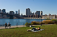 New York. Brooklyn. the Fulton ferry park and promenade, Brooklyn bridge and  Manhattan skyline  . downtown  Manhattan skyline New York - United states  / le Fulton ferry park et promenade. le pont de Brooklyn downtown Manhattan skyline  New York - Etats-unis