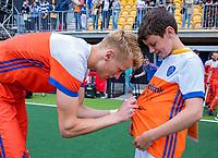 Den Bosch  - Fan of the Match met Joep de Mol (Ned)  na   de Pro League hockeywedstrijd heren, Nederland-Belgie (4-3).    COPYRIGHT KOEN SUYK