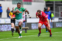 Iliesa Ratuva of Benetton Treviso evades the tackle of Ken Owens of Scarlets<br /> <br /> Photographer Craig Thomas/Replay Images<br /> <br /> Guinness PRO14 Round 3 - Scarlets v Benetton Treviso - Saturday 15th September 2018 - Parc Y Scarlets - Llanelli<br /> <br /> World Copyright © Replay Images . All rights reserved. info@replayimages.co.uk - http://replayimages.co.uk