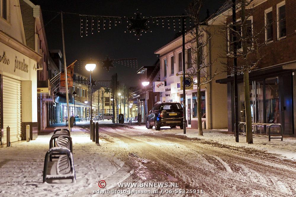 NLD/Amsterdam/20101129 - Nachtelijk straten gemeente Huizen, Lindelaan