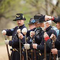 Loading muskets in the march to battle