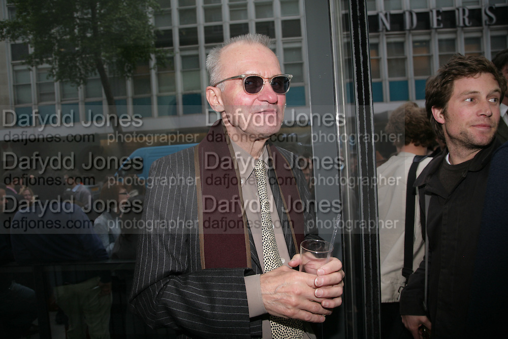 WARREN NIESLUCHOWSKI, private view  of new exhibition by Tim Stoner , Alison Jacques Gallery in new premises in Berners St., London, W1 ,Afterwards across the rd. at the Sanderson Hotel. 3 May 2007. DO NOT ARCHIVE-© Copyright Photograph by Dafydd Jones. 248 Clapham Rd. London SW9 0PZ. Tel 0207 820 0771. www.dafjones.com.