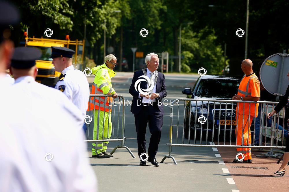 TILBURG - Koning Willem-Alexander brengt een bezoek aan de Buurtmoestuin bij Moedercentrum De Ketting. Met op de foto de Burgemeester van Tilburg de heer Peter Noordanus. FOTO LEVIN DEN BOER - PERSFOTO.NU