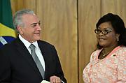 25.04.2018 - BRASÍLIA, DF -  A embaixadora de Zâmbia, Alfreda Kansembe Mwamba (d) e o presidente Michel Temer durante cerimônia de apresentação de cartas credenciais de novos embaixadores no Palácio do Planalto em Brasília (DF), nesta quarta-feira (25).Embaixadores no Brasil ( Foto: RENATO COSTA / FRAMEPHOTO )