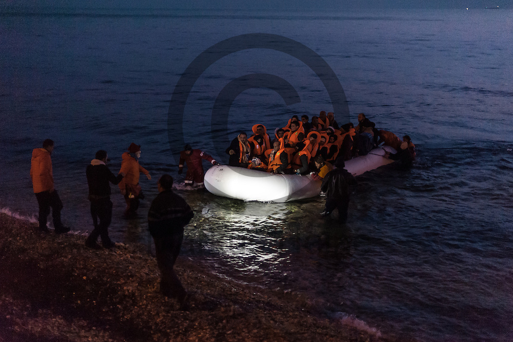 Ein Fl&uuml;chtlingsboot kommt am fr&uuml;hen Morgen des 29.02.2016 in der Naehe von Mytilini, Griechenland an Land. <br /> <br /> A refugee boat arrives in the early morning of 29.02.2016 in the vicinity of Mytilini, Greece ashore.