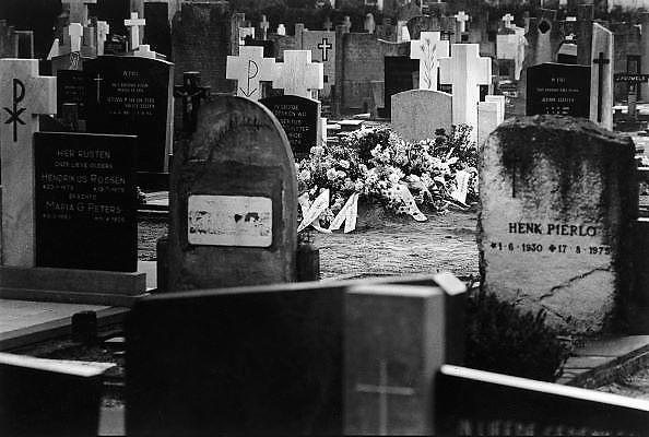 Nederland, Wijchen, 1-6-1987..Bloemen op een graf. kerkhof, dood, ouderen, verlies, rouw, euthanasie, sterven..Foto: Flip Franssen/Hollandse Hoogte