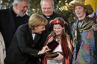 04 JUN 2008, BERLIN/GERMANY:<br /> Angela Merkel, CDU, Bundeskanzlerin, schaut einem der Heiligen drei Koenige in die Goldtruhe, waehrend dem Empfang der Sternsinger im Bundeskanzleramt<br /> IMAGE: 20080104-01-014<br /> KEYWORDS: Heilige drei Koenige, Heilige drei K&ouml;nige, Kanzleramt