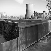 IL GREEN PAVILLON del Museo A come Ambiente, un progetto di Carlo Ratti e Walter Nicolino. Una quinta verde che scherma il giardino interno dal parcheggio adiacente e conduce lo sguardo verso il nuovo Parco Dora.<br /> Così si presenta il nuovo padiglione che amplia di oltre 300 mq lo spazio per gli exhibit del museo A come Ambiente sul lato verso l'ex ciminiera di raffreddamento del comprensorio MICHELIN.<br /> Il rivestimento vegetale (sistema di verde verticale), che ricopre le due facciate principali, stempera la forma squadrata del padiglione prefabbricato anche verso il parcheggio. Il prospetto verso il Parco Dora è costituito invece da un'ampia vetrata, che rende visibile il parco dall'interno e diventa display per gli exhibit del museo.