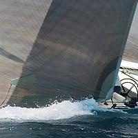 Ce yacht a &eacute;t&eacute; construit en 1983 pour participer &agrave; la coupe de l'America. C'&eacute;tait un des voiliers construits pour le milliardaire australien Alan Bond afin de choisir un challenger pour conqu&eacute;rir la Coupe de l'America. Ce fut Australia II, qui diff&eacute;rait de Challenge 12 par sa fameuse quille &agrave; ailettes, qui remporta les &eacute;liminatoires (coupe Louis Vuitton) et qui finit par remporter la Coupe. Le perdant, Dennis Conner, ne perdit pas la t&ecirc;te comme pr&eacute;vu par le r&egrave;glement du New York Yacht Club ; mais il fut quand m&ecirc;me renvoy&eacute; et dut aller se r&eacute;fugier &agrave; San Diego, tr&egrave;s loin de NewYork, et il y cr&eacute;a un nouveau syndicat pour r&eacute;cup&eacute;rer SA coupe. Avec succ&egrave;s : il r&eacute;cup&eacute;rait son pr&eacute;cieux bibelot et sa notori&eacute;t&eacute; en battant un autre bateau australien, Kookaburra III, en 1987.<br />     Aujourd'hui Challenge 12 est bas&eacute; &agrave; Antibes et appartient au chantier naval Tr&eacute;hard, qui l'a construit. Il participe aux r&eacute;gates classiques en M&eacute;diterran&eacute;e.