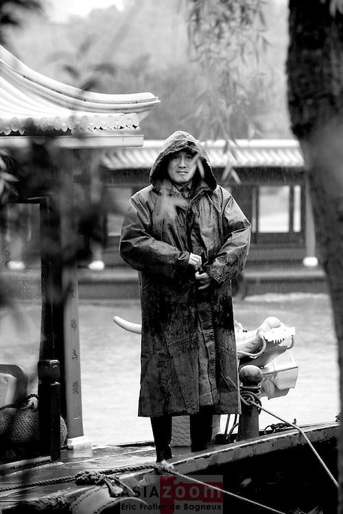 Ferryman in Shouxi Hu. Maze of waterways, gardens, colorfull houses,pagoda, bridges, temples.... , the Shouxi Hu is the main tourist attraction of Yangzhou, China, April 2007<br /> Batelier sur le lac Shouxi a Yangzhou dans le Jiangsu en Chine