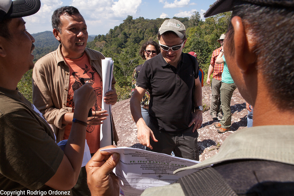 Justin Adams (center), Global Managing Director for Lands at The Nature Conservancy, asks a question during a briefing about the Arsari Lestari conservation area in Penajam Paser Utara district, East Kalimantan, Indonesia, on March 12, 2016. The plan for the Arsari Lestari conservation area is to preserve the virgin rainforest while creating value for ICTI and local people in a production-protection system that reduces emissions. <br /> (Photo: Rodrigo Ordonez)