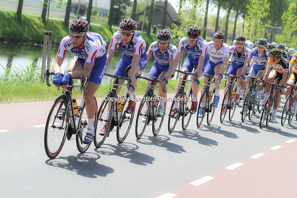 WIELRENNEN, Hoofddorp, Olympias tour Joey vna Rhee controleerd met de rest van de CT Jo Piels mannen voor leider Berden de Vries