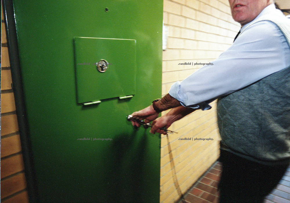 Ein Wachmann in der Justizvollzugsanstalt Celle-Salinenmoor schliesst eine Zellentür zu. A warden in the german Prison JVA Celle-Salinenmoor