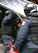 La policÌa federal Mexicana desaloja elViernes SEPT 13, 2013 a protestantes en el Zocalo, Mexico DF. Photo: Santiago Salmeron/FID/Imagenes Libres