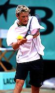 Sport,Tennis, French Open 2000,<br /> Grand Slam Turnier,Spieler Juan Carlos Ferrero (ESP) in Aktion,action, spielt Rueckhand Return,Rueckschlag beidhaendig,<br /> Einzelbild,Hochformat,Halbkoerper