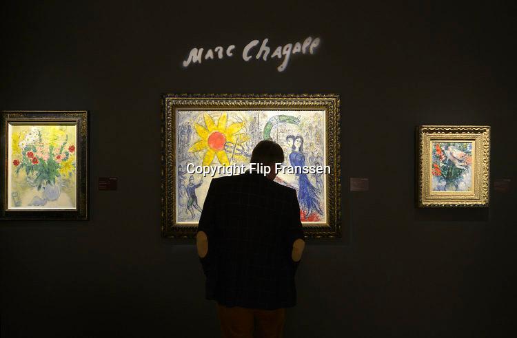 Nederland, Maastricht, 16-3-2016 Tefaf, The European Fine Art Fair in het MECC. Dit is de grootste kunstbeurs in Europa en ter wereld. 29e editie. Onder de topstukken bevindt zich een vroeg werk van Rembrandt van Rijn, uit de serie zintuigen is het de Reuk, geur.Een van de duurste objecten is een manuscript van de Gebroeders Van Limburg uit circa 1407, met dertig tekeningen. Op de foto werk van Marc ChagallFoto: Flip Franssen