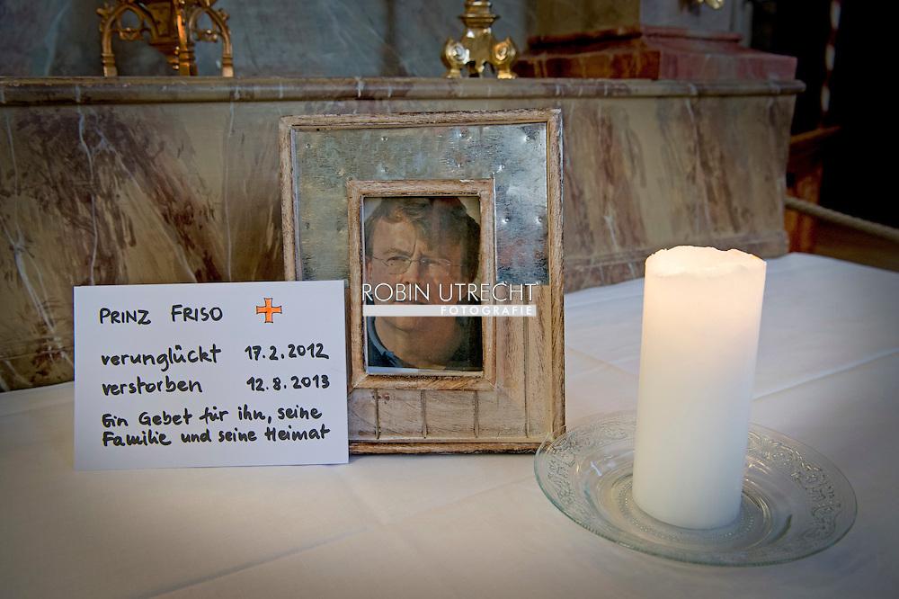 LECH - Prins Friso wordt ook vier jaar na zijn uiteindelijk noodlottige ski-ongeluk niet vergeten in het Oostenrijkse Lech. In de oude dorpskerk staat op een zij-altaar zijn ingelijste foto, vergezeld van een kaars en een handgeschreven kaart.  COPYRIGHT ROBIN UTRECHT