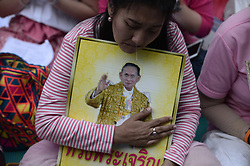 October 13, 2016 - Bangkok, Thailand - Thais reacts while praying for Thai King Bhumibol Adulyadej at the Siriraj Hospital in Bangkok, Thailand on October 13, 2016. (Credit Image: © Wasawat Lukharang/NurPhoto via ZUMA Press)