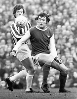 Fotball<br /> England <br /> Foto: Colorsport/Digitalsport<br /> NORWAY ONLY<br /> <br /> Ray Kennedy - Arsenal & Trevor Cherry - Huddersfield Town. Arsenal v Huddersfield Town 22/1/72
