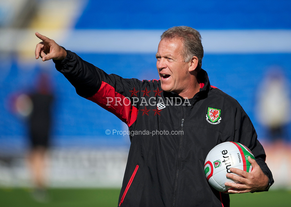 CARDIFF, WALES - Wednesday, October 6, 2010: Wales' assistant manager Alan Curtis during a training session at the Cardiff City Stadium ahead of the Euro 2012 qualifying Group G match against Bulgaria. (Pic by David Rawcliffe/Propaganda)